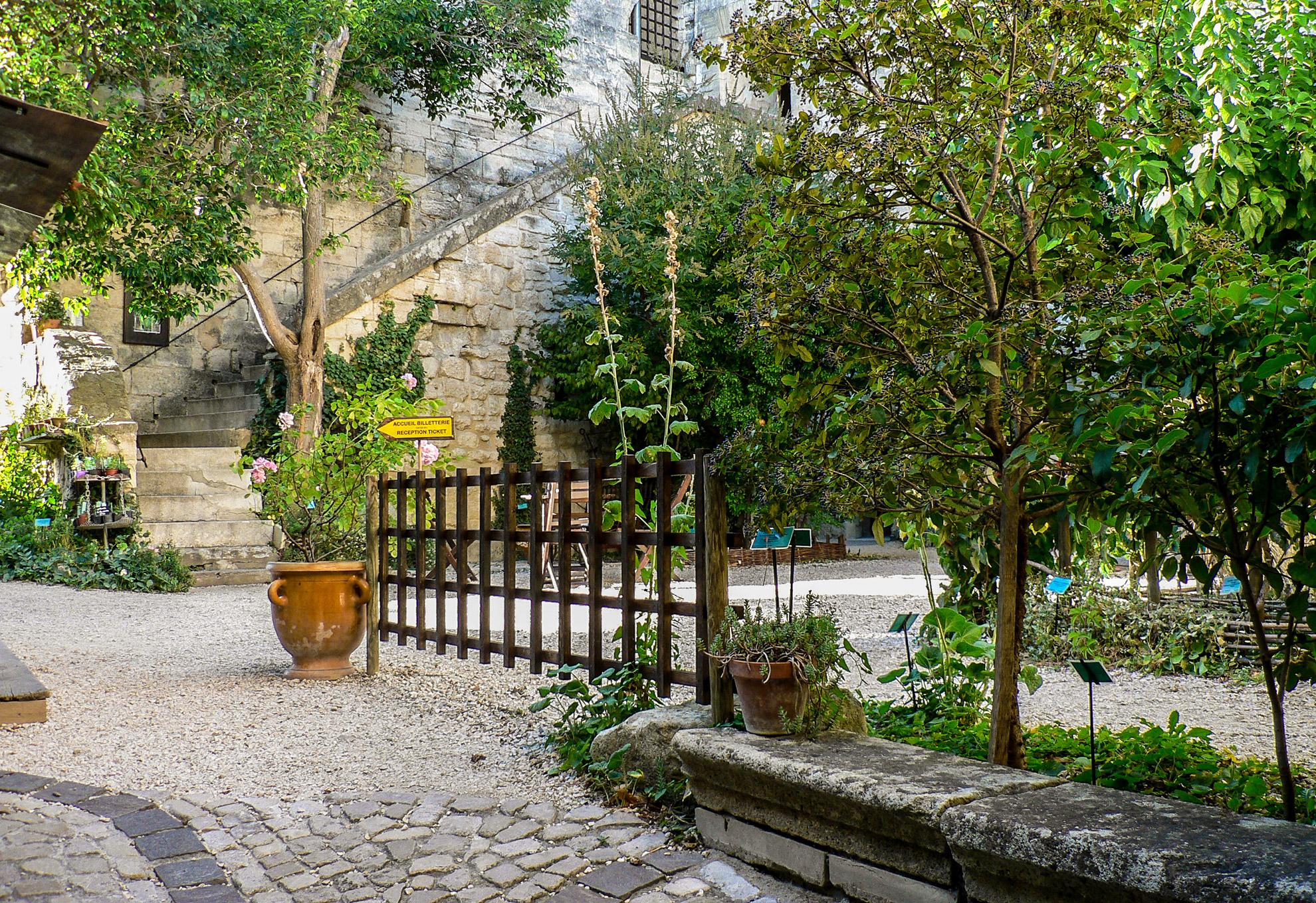 jardin medieval uzes id es d 39 images la maison. Black Bedroom Furniture Sets. Home Design Ideas